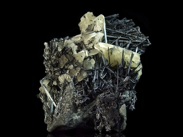 Antimonite, calcite - Kazachstan, Kadamzhay